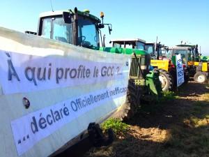 Les agriculteurs venus en force pour l'inauguration de la deuxième cabane anti-GCO entre Breuschwickersheim et Kolbsheim (Photo MM / Alsace Nature)